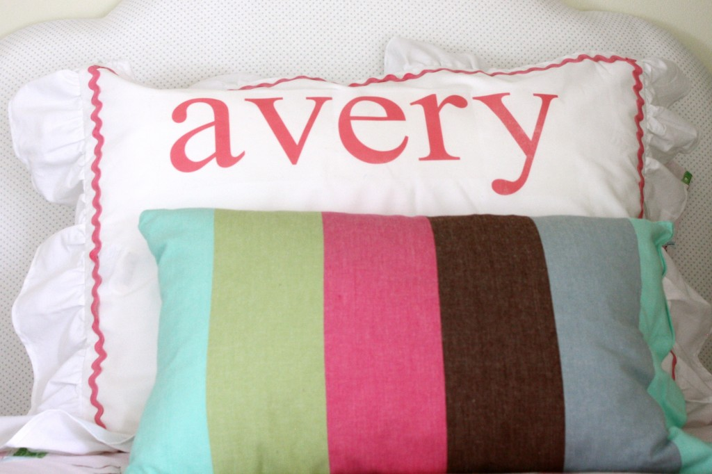 Love this DIY Dish Towel Throw Pillow Cover! I hate the blind stitch too! This looks way easier!
