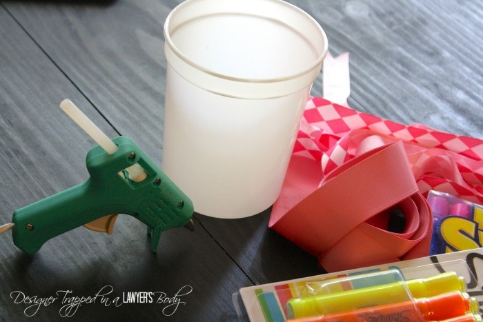SO CUTE! DIY vase made from markers for back to school teacher gift! Full tutorial. #InspireStudents #TeachersChangeLives #pmedia #ad