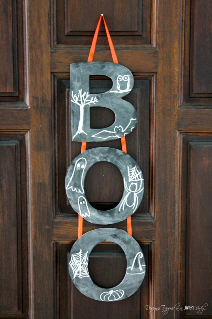 LOVE THIS! Learn how to make a Halloween wreath with chalkboard paint and letters. It's easy and adorable! #halloweendecor #halloweenwreath