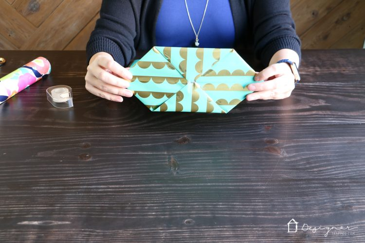 OMG! This is genius. Learn how to make a gift bag from wrapping paper. These are SO cute and are so much less expensive than store-bought gift bags. So excited about this DIY gift bag option!