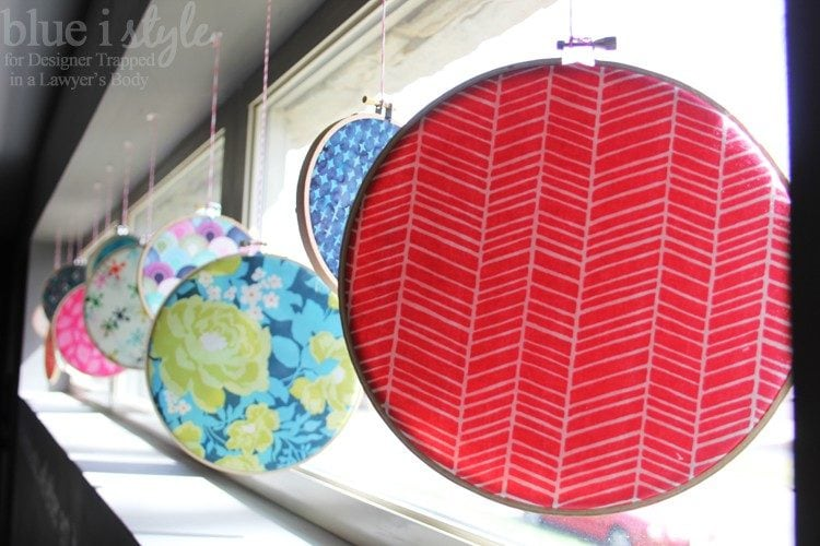 WHAT A FUN IDEA! Brighten up your home for spring and summer with this colorful embroidery hoop window display tutorial by Blue i Style for Designer Trapped in a Lawyer's Body!