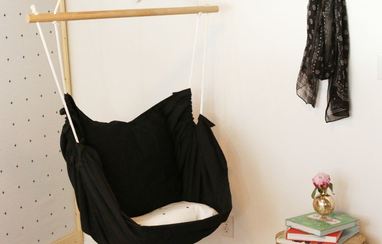 This DIY interior hammock is such a fun, easy, and inexpensive addition to any room in need of a little extra relaxation! |Petite Modern Life for Designer Trapped in a Lawyer's Body