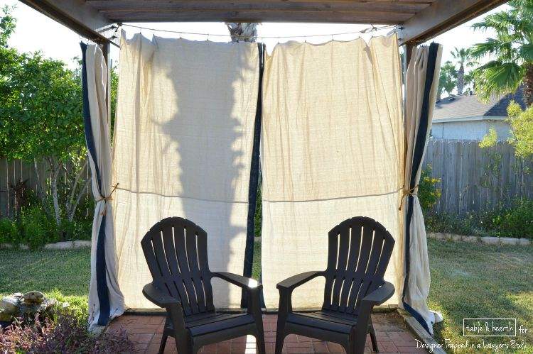WOW! Make these gorgeous DIY, no-sew outdoor curtains without spending a ton of money!! Find the tutorial by Table & Hearth for Designer Trapped in a Lawyer's Body
