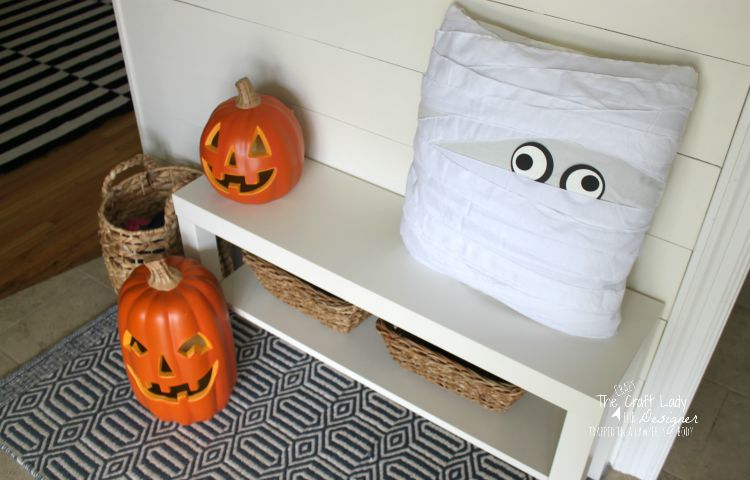 These two PB-inspired decor projects are a GREAT way to quickly, easily, and inexpensively decorate your entry for Halloween visitors. Complete tutorial by The Crazy Craft Lady for Designer Trapped in a Lawyer's Body.