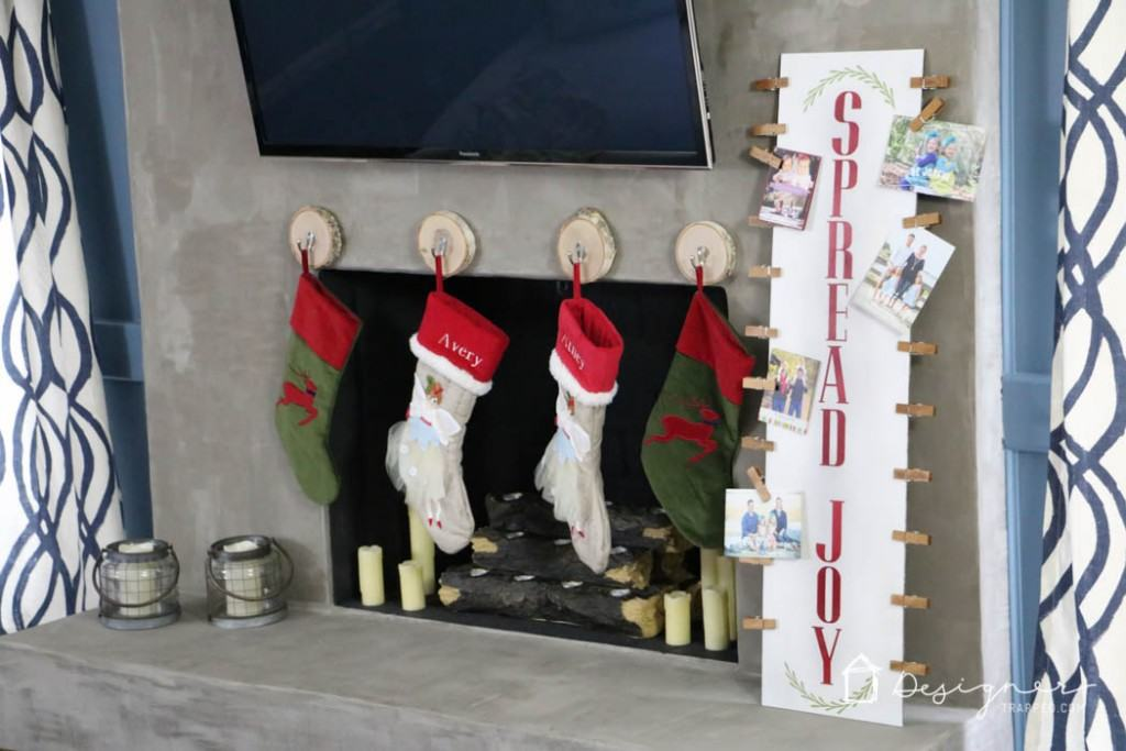 LOVE! This DIY Christmas card display is so cute and easy to make!