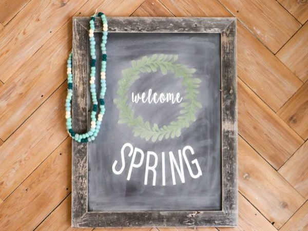 OMG! I love this faux, reusable chalkboard signs. What a brilliant way to make them! And I love that you can use this method even if you aren't artistic at all. Totally trying this ASAP.