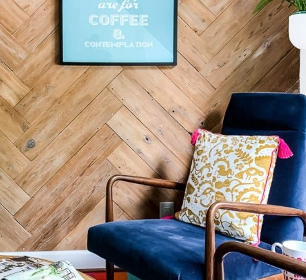 DIY Herringbone Plank Wall (upcyled from an ugly, old fence)!