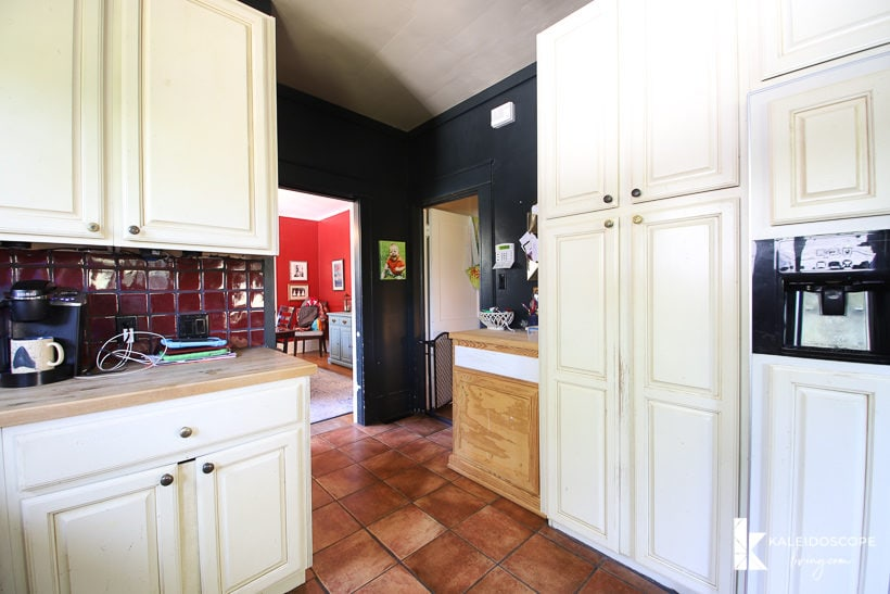 outdated kitchen before budget-friendly kitchen makeover